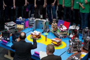 Die Roboter aller teilnehmenden Teams während der Siegerehrung gemeinsam auf der Platte